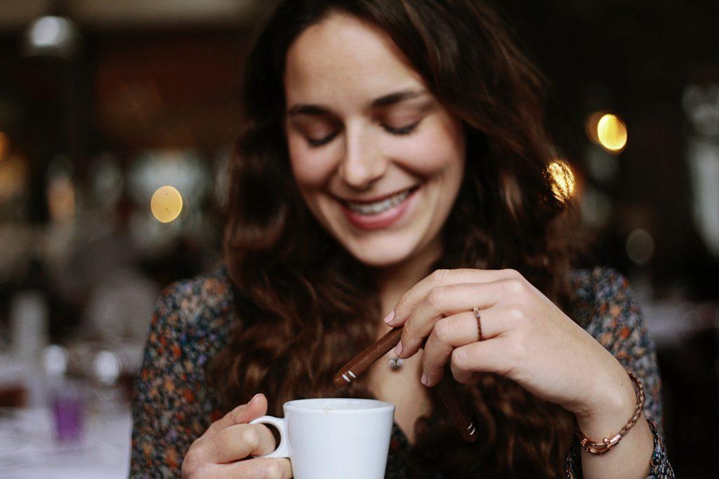femme mange des Cavaletti chocolat praliné